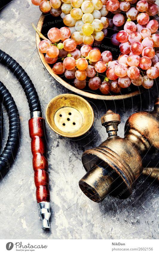 Wasserpfeife mit Aromatrauben Wasserpfeifenrauch shisha Trauben Rauchen Tabak nargile Beeren Nikotin Osten Erholung Frucht arabisch Mundstück Röhren duftig