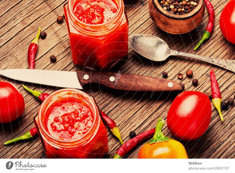 Pikante Würze, Adjika-Sauce Saucen Gewürz Würzig Knoblauch Lebensmittel Bestandteil rot Paprika heiß Peperoni Tomate frisch Gemüse organisch Vegetarier Küche
