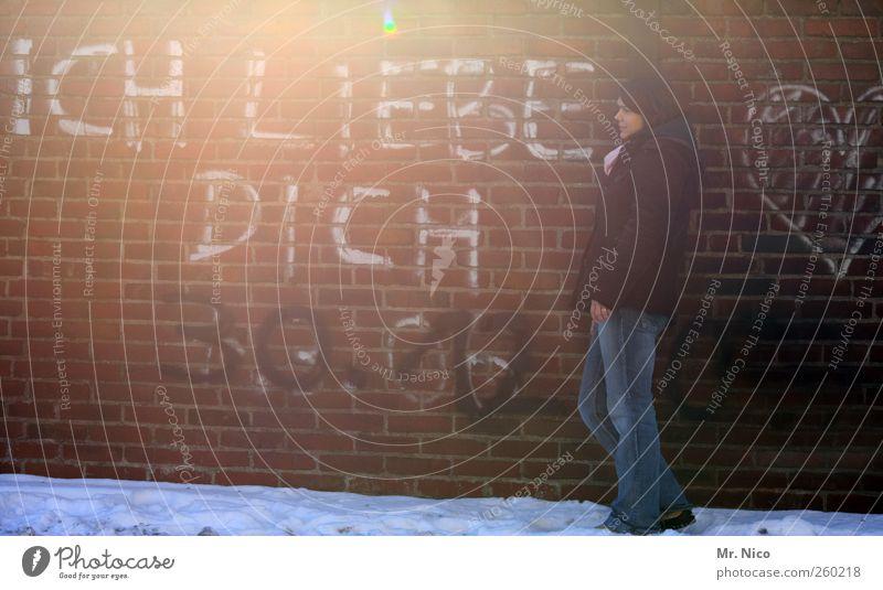 ohne worte ! Frau Erwachsene Schnee Gebäude Mauer Wand Jeanshose Jacke Gefühle Glück Sympathie Freundschaft Liebe Verliebtheit Graffiti anlehnen träumen
