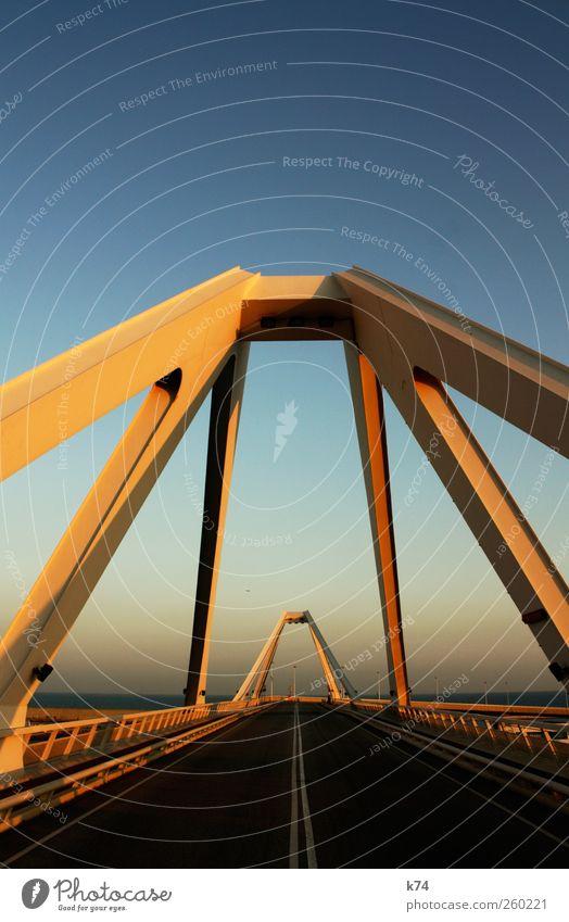 Brücke Himmel Wolkenloser Himmel Schönes Wetter Hafenstadt Verkehr Straße Stahl groß hoch Wärme blau gelb ruhig Ferne Überqueren verbinden Farbfoto mehrfarbig