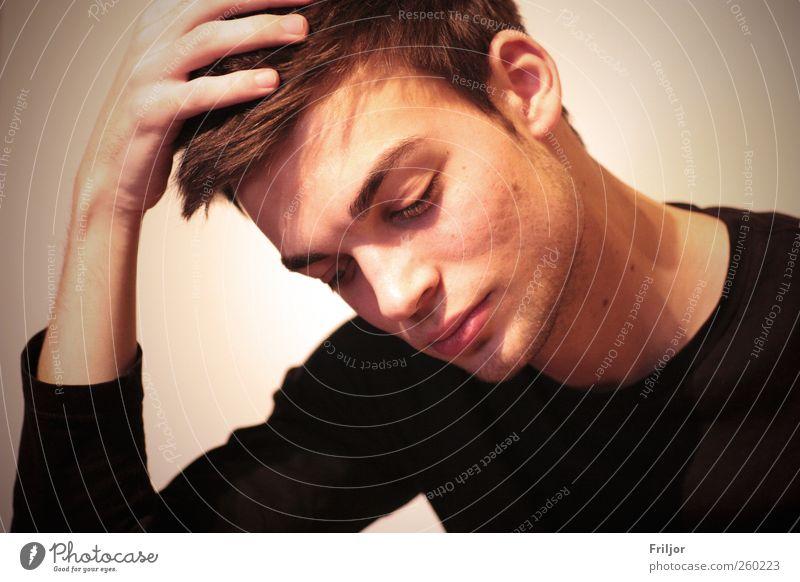 nachdenklich maskulin Junger Mann Jugendliche Freundschaft Erwachsene 1 Mensch 18-30 Jahre brünett kurzhaarig Bart Denken festhalten Blick Sorge Trauer Farbfoto