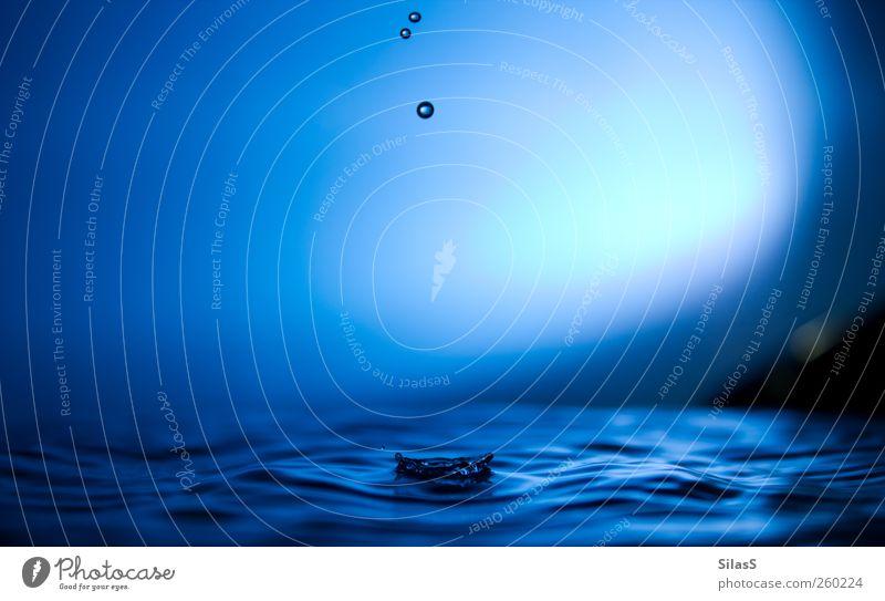 Der Moment III blau Wasser weiß schwarz Stimmung Wassertropfen geduldig