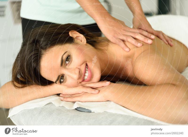 Junge Frau erhält eine entspannende Rückenmassage in einem Spa-Center. Lifestyle schön Körper Haut Gesicht Gesundheitswesen Behandlung Wellness Erholung Massage
