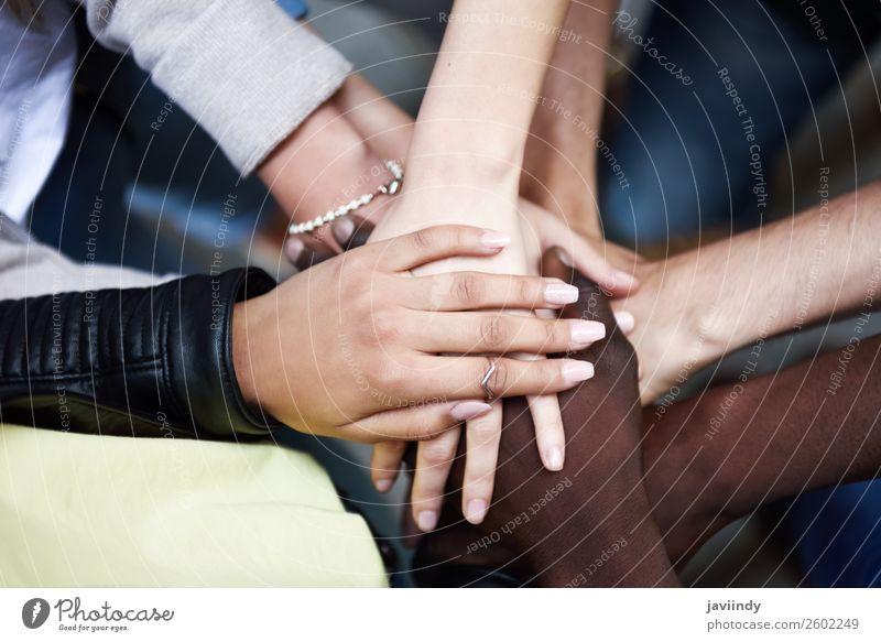 Nahaufnahme der Draufsicht von jungen Menschen, die ihre Hände zusammenlegen. Studium Frau Erwachsene Mann Freundschaft Hand 5 Menschengruppe 18-30 Jahre