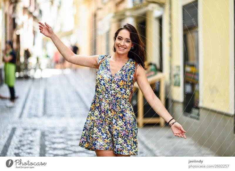 Frau Mensch Jugendliche Junge Frau Sommer schön weiß Freude 18-30 Jahre Straße Lifestyle Erwachsene feminin Gefühle Glück Stil