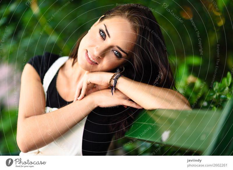 Schöne junge Frau mit blauen Augen, die auf die Kamera schaut. Stil schön Haare & Frisuren Sommer Mensch feminin Junge Frau Jugendliche Erwachsene 1 18-30 Jahre