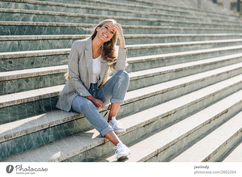 Schöne junge kaukasische Frau, die im urbanen Hintergrund lächelt. Lifestyle Stil Glück schön Haare & Frisuren Mensch feminin Junge Frau Jugendliche Erwachsene