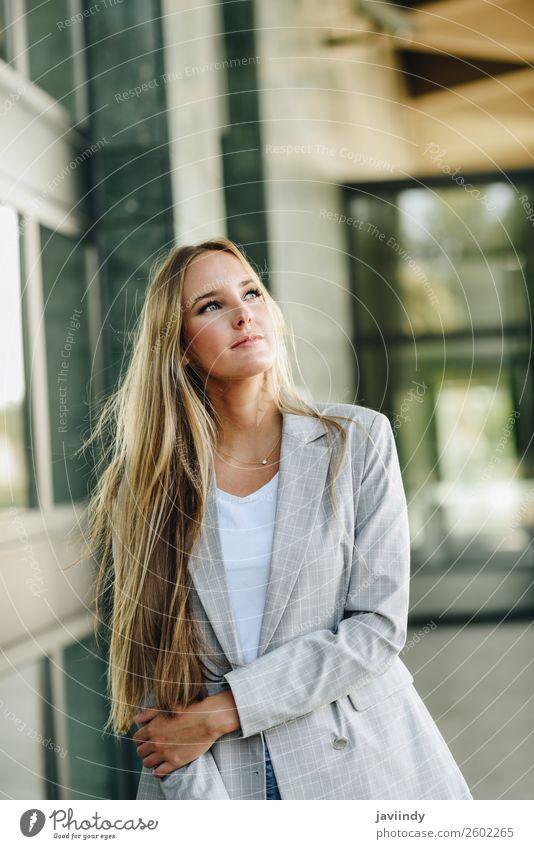 Blondes Mädchen in Freizeitkleidung auf der Straße. Lifestyle Stil schön Haare & Frisuren Mensch feminin Junge Frau Jugendliche Erwachsene 1 18-30 Jahre Herbst