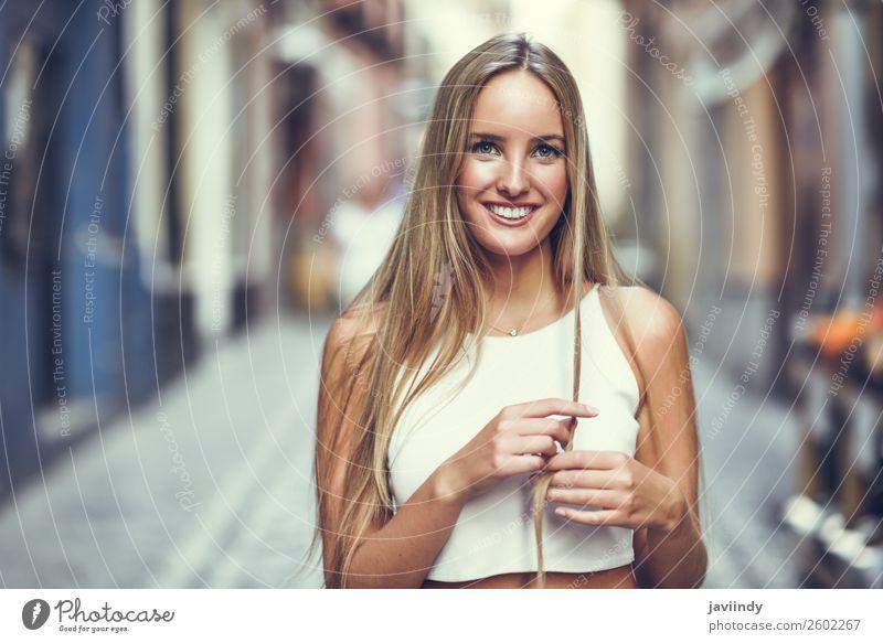 Frau Mensch Jugendliche Junge Frau Sommer schön weiß 18-30 Jahre Straße Lifestyle Erwachsene Herbst feminin Glück Stil Mode