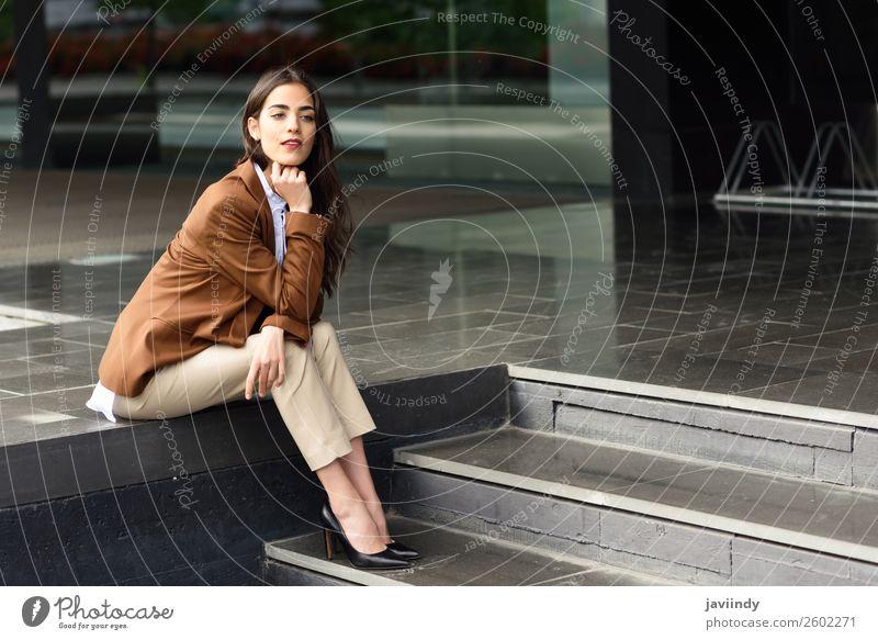 Frau Mensch Jugendliche Junge Frau schön 18-30 Jahre Straße Erwachsene feminin Glück Gebäude Business Haare & Frisuren Büro modern Lächeln