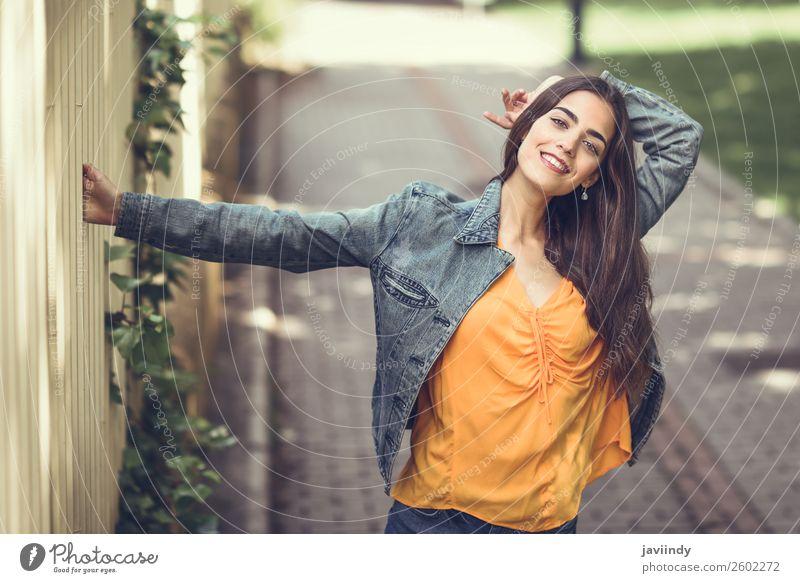 Junge Frau mit schönen Haaren in Freizeitkleidung Lifestyle Stil Glück Haare & Frisuren Mensch feminin Jugendliche Erwachsene 1 18-30 Jahre Straße Mode