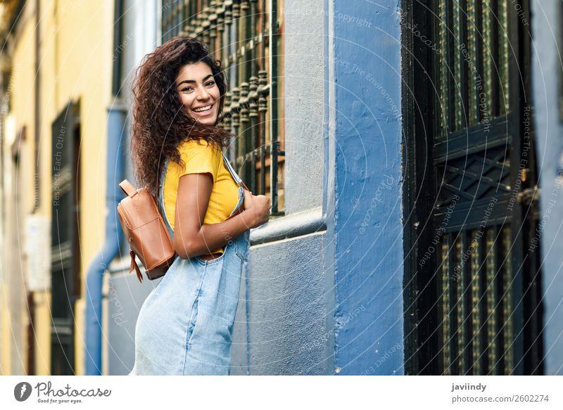 Afrikanische Frau mit schwarzer lockiger Frisur im Freien. Lifestyle Stil Glück schön Haare & Frisuren Gesicht Tourismus Mensch feminin Junge Frau Jugendliche