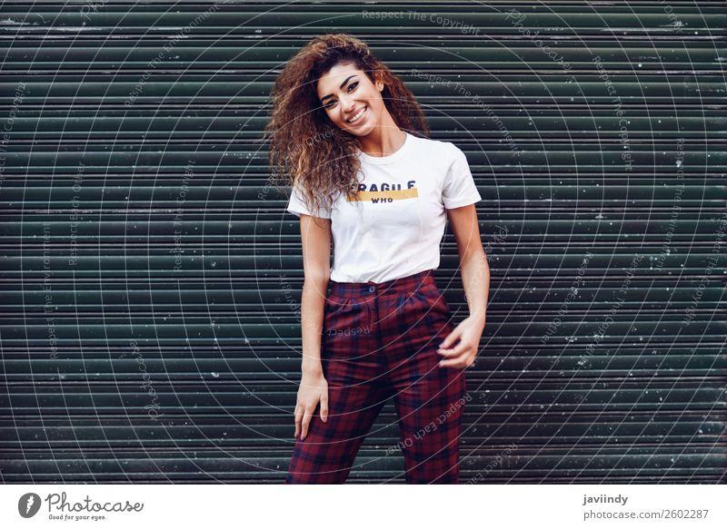 Lächelnde junge arabische Frau mit schwarzer Lockenfrisur Lifestyle Stil Freude Glück schön Haare & Frisuren Gesicht Mensch feminin Junge Frau Jugendliche