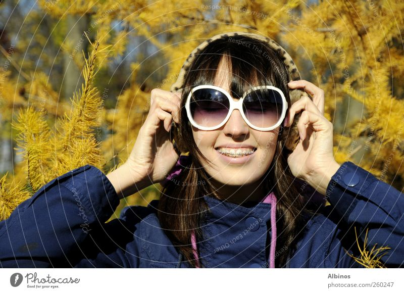 Mensch Jugendliche blau schön Junge Frau Baum Freude 18-30 Jahre Gesicht Erwachsene Auge gelb Gefühle Herbst Haare & Frisuren Mode