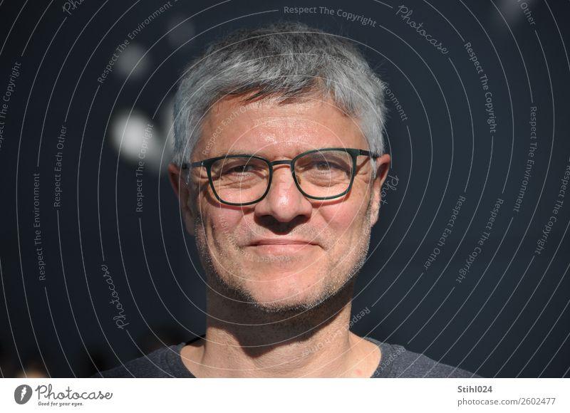 ergrauter Mann in den Fünfzigern mit Brille im Licht vor dunklem Hintergrund maskulin Erwachsene Gesicht 1 Mensch 45-60 Jahre grauhaarig kurzhaarig Dreitagebart