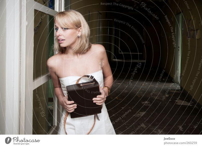 #260259 Stil Raum Nachtleben ausgehen Frau Erwachsene Leben 1 Mensch Ruine Tunnel Tür Mode Kleid blond beobachten entdecken festhalten Blick dunkel trendy schön