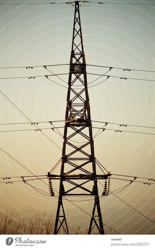 Strommast Umwelt Metall Energiewirtschaft Elektrizität Zukunft Perspektive Technik & Technologie Kommunizieren Telekommunikation Stahlkabel Verbindung Wissen