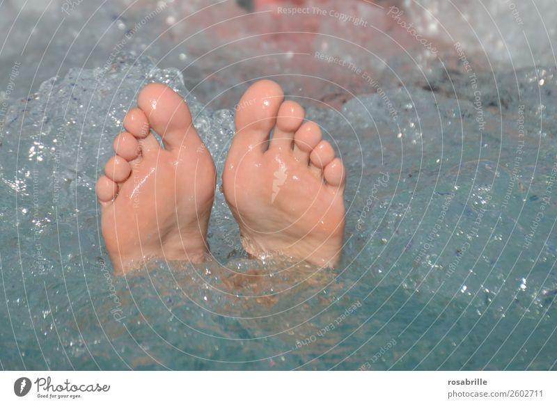 Sommerurlaub Mensch schön Wasser Erholung ruhig Freude Lifestyle Leben feminin Glück Fuß Schwimmen & Baden Zufriedenheit Lebensfreude genießen