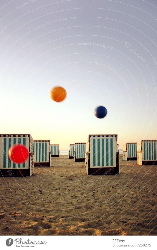 grundfarben c. Ferien & Urlaub & Reisen Meer Strand Erholung Spielen Sand fliegen Tourismus Ball Schönes Wetter Kugel Ostsee Schweben werfen Strandkorb Blauer Himmel