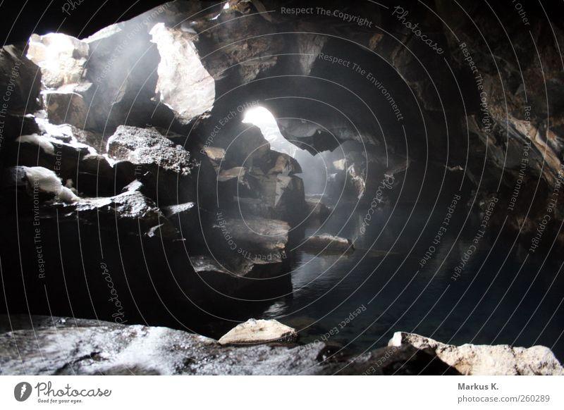 The Hidden Pool Wasser dunkel grau braun Felsen leuchten Sicherheit Schutz Idylle entdecken