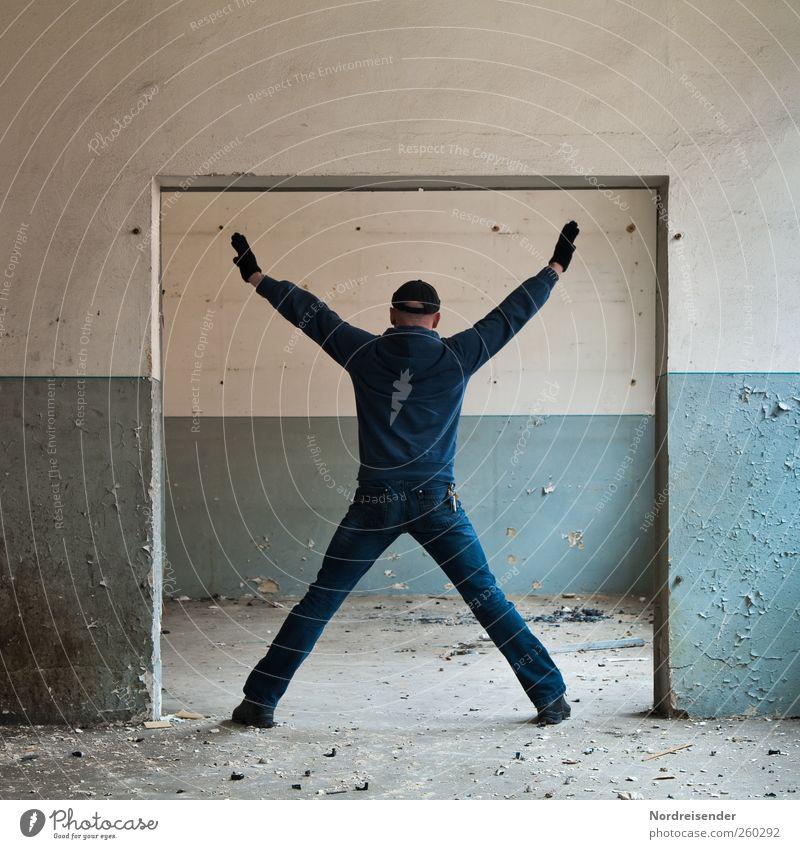 Faktor Mensch Raum Mann Erwachsene 1 Gebäude Architektur Mauer Wand Jeanshose Mütze Zeichen Kreuz stehen Stadt blau weiß Einsamkeit Platzangst Bewegung