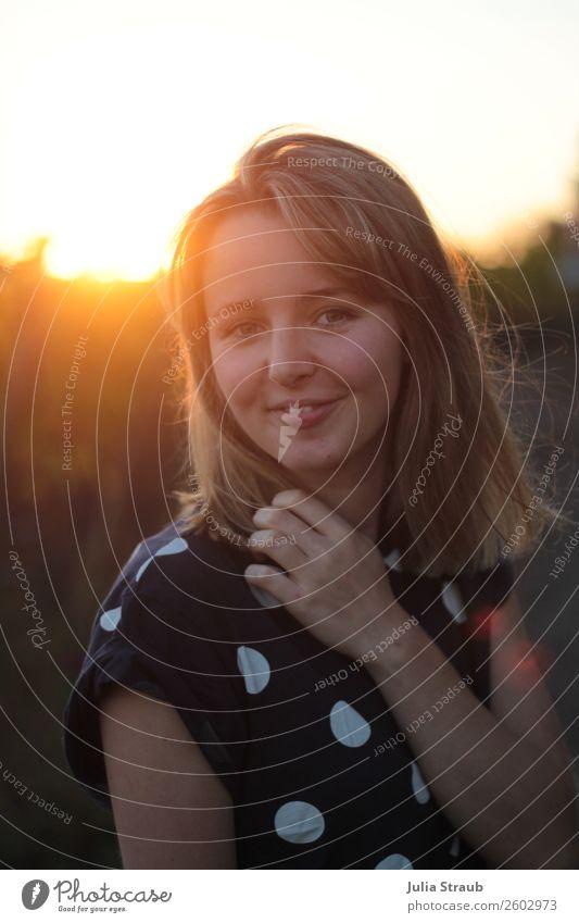 Sonnenuntergang Frau Schön T-Shirt brünett blond kurzhaarig Lächeln schön Wärme feminin orange Sommerabend Punkt Bluse Haare & Frisuren Farbfoto Außenaufnahme