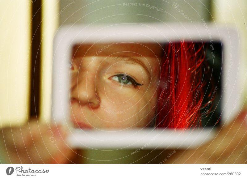 Spieglein Mensch Frau Jugendliche rot Farbe Erwachsene Liebe Auge feminin Haare & Frisuren Mode Nase 18-30 Jahre Coolness Junge Frau nah