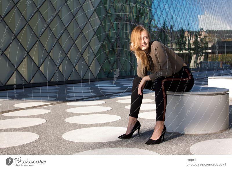 Junge Frau I Stil feminin Jugendliche 1 Mensch 13-18 Jahre 18-30 Jahre Erwachsene Hemd Jeanshose Damenschuhe blond langhaarig Denken Erholung Lächeln träumen