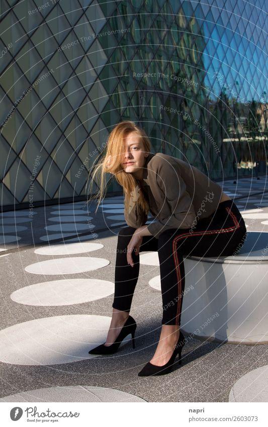 Junge Frau II Stil feminin Jugendliche 1 Mensch 13-18 Jahre 18-30 Jahre Erwachsene Hemd Jeanshose Damenschuhe blond langhaarig sitzen warten authentisch schön
