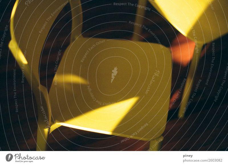 gelbe Stühle Innenarchitektur Möbel Stuhl Raum Wohnzimmer ästhetisch Zufriedenheit Frieden Freude Stimmung Trennung Dreieck gold Geometrie Farbfoto