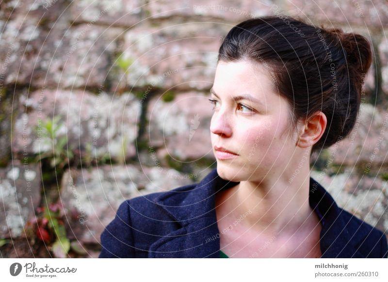 typologie Mensch feminin Junge Frau Jugendliche 18-30 Jahre Erwachsene Moos Efeu Mauer Wand Mantel brünett Zopf Denken drehen Blick ästhetisch schön Neugier