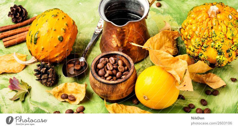 Kürbisgewürz-Kaffee Latte Herbst Cappuccino trinken Getränk fallen Zimt traditionell altehrwürdig Blatt gelb Blätter cremig Saison Becher Aroma Konzept