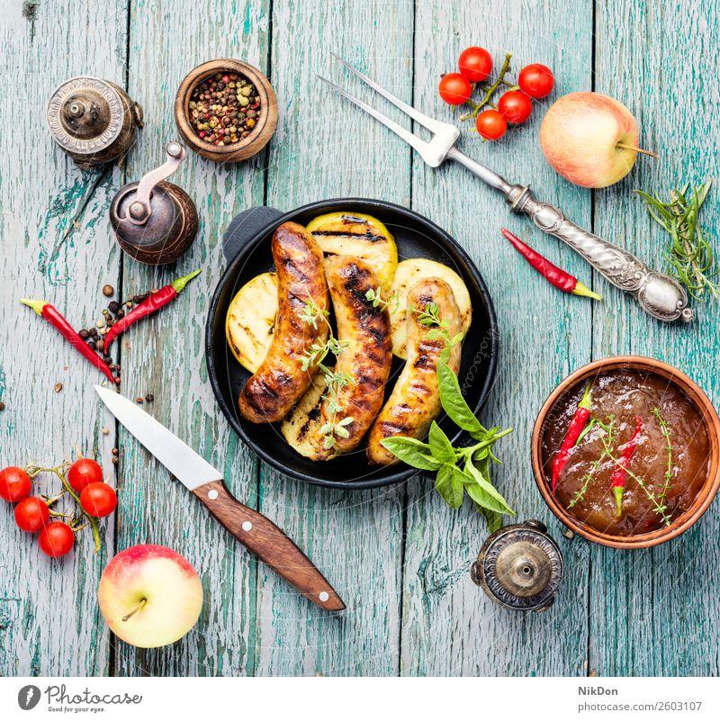 Bratwürste in der Bratpfanne gegrillt Wurstwaren Fleisch Barbecue Lebensmittel Schweinefleisch grillen Grillrost Mahlzeit Abendessen Chili gebraten Pfanne Apfel