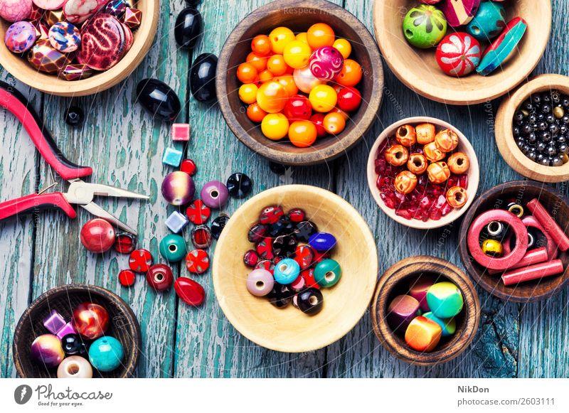 Bunte Perlen in Holzschalen Wulst Kunst Handwerk Schmuck-Dekoration Farbe Bijouterie Design Mode handgefertigt Hobby Sicken farbenfroh Kulisse Accessoire Stein
