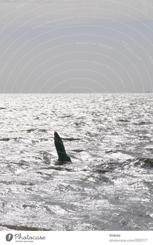 Eine Boje Wasser Himmel Horizont Sonnenlicht Wellen Nordsee Meer Metall glänzend nass blau grau Außenaufnahme Textfreiraum oben Tag Licht Schatten Gegenlicht