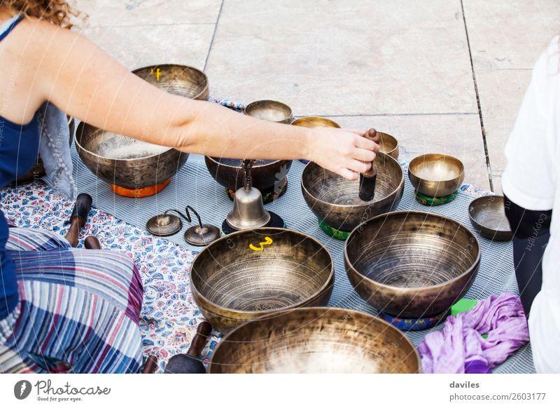 Hand spielt Yogaschalen im Freien. Schalen & Schüsseln Lifestyle Behandlung Alternativmedizin Wellness Erholung Meditation Spa Spielen Musik Mensch Straße