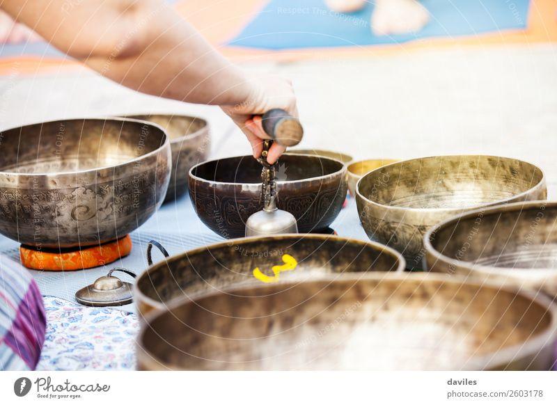 Hand spielt Yogaschalen im Freien. Schalen & Schüsseln Lifestyle Wellness Erholung Meditation Spa Spielen Musik Metall Energie Gesang Heilung Klang tibetisch