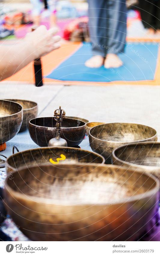 Hand spielt Yogaschalen im Freien. Schalen & Schüsseln Lifestyle Behandlung Alternativmedizin Wellness Erholung Meditation Spa Freizeit & Hobby Musik Metall