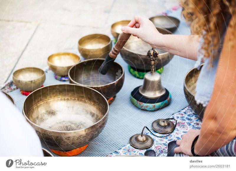 Frau beim Spielen von tibetischen Schalen Schalen & Schüsseln Lifestyle Alternativmedizin Wellness Wohlgefühl Erholung Meditation Musik Yoga Mensch Hand 1