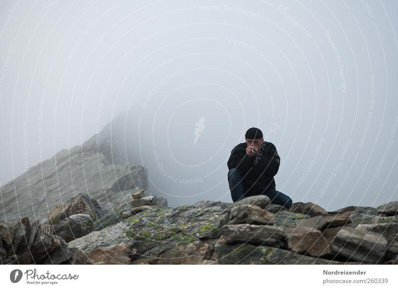 Kalt, Abgrund, Typ, Kippe Mensch Mann Erwachsene 1 Natur Urelemente schlechtes Wetter Felsen Berge u. Gebirge Gipfel Schlucht Mütze frieren wandern bedrohlich