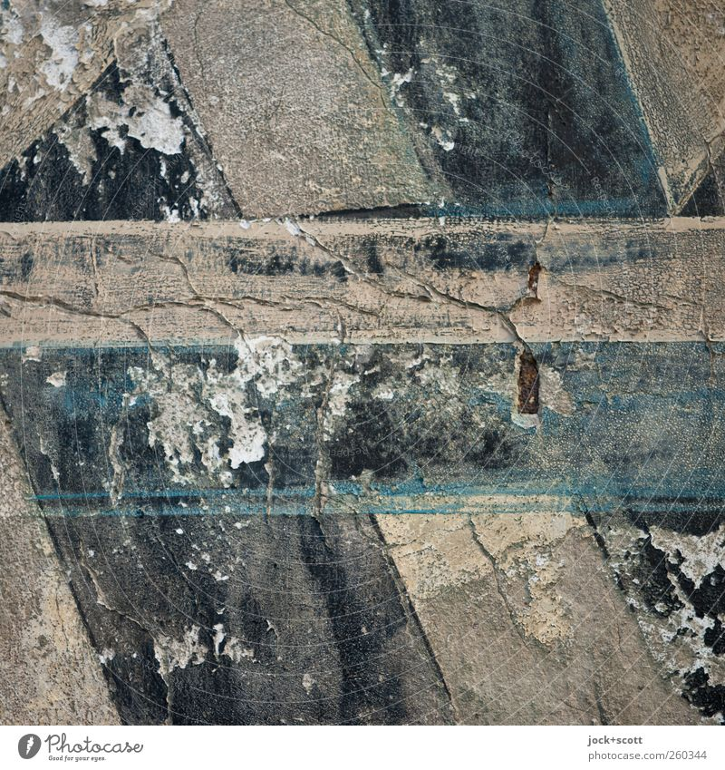 alte Farbe auf putziger Fläche Mauer Schriftzeichen Streifen historisch kaputt nah braun grau schwarz Stimmung Kunst Nostalgie Verfall Vergangenheit
