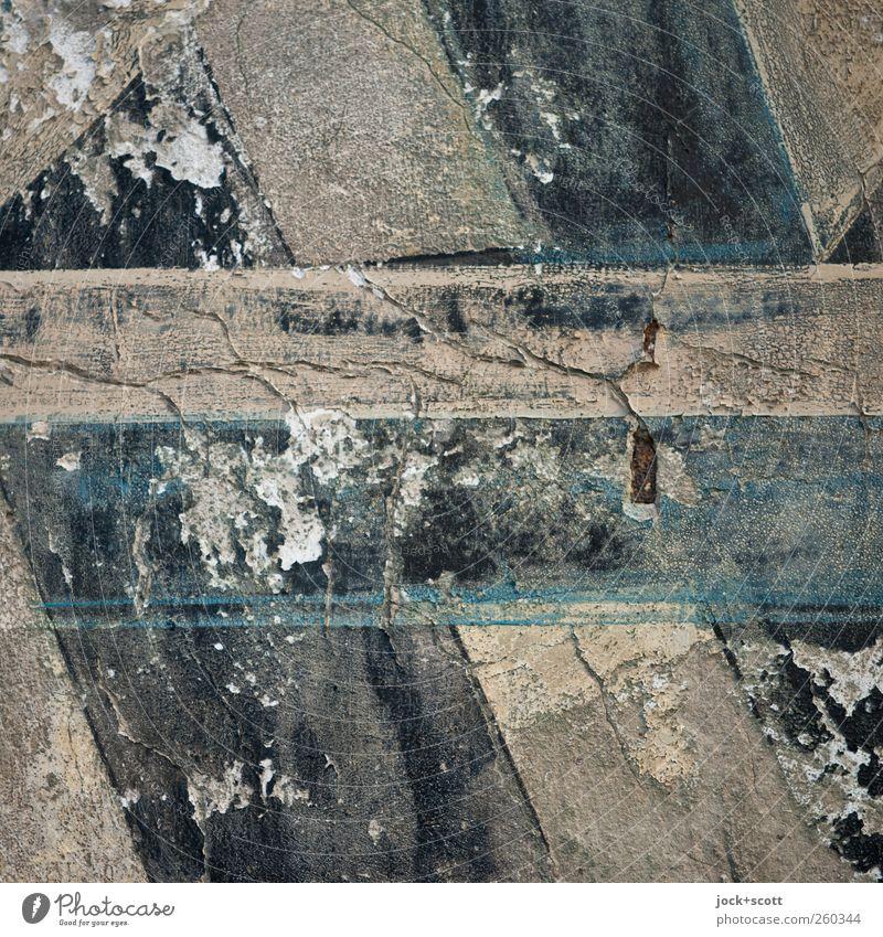 Farbe auf putzige Fläche Mauer Schriftzeichen Linie Streifen alt authentisch historisch kaputt nah braun grau schwarz Stimmung Kunst Nostalgie Verfall