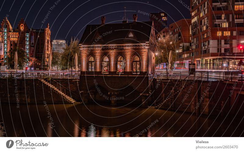 Speicherstadt Hamburg historisch Backstein Reflexion & Spiegelung Dämmerung Fleet Deutschland Licht Architektur dunkel Beleuchtung Wasser Denkmal Bauwerk