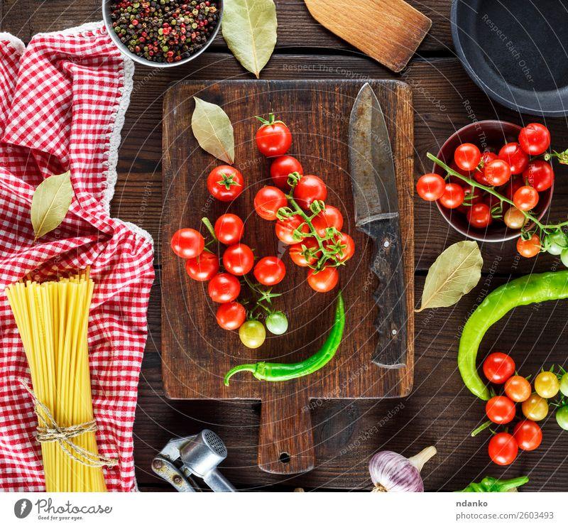 rot gelb Holz frisch Aussicht Tisch Gemüse Backwaren Essen zubereiten Abendessen Mahlzeit Top Tomate Schneidebrett Teigwaren Zutaten