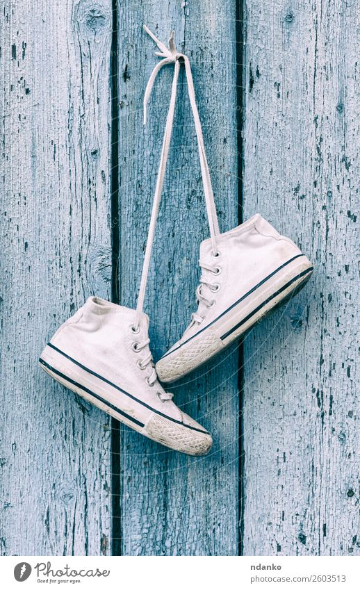 alte weiße alte textile Turnschuhe Stil Design Sport Joggen Mode Bekleidung Schuhe Holz Fitness hängen trendy modern blau Erholung Idee lässig Zaun Schuhwerk