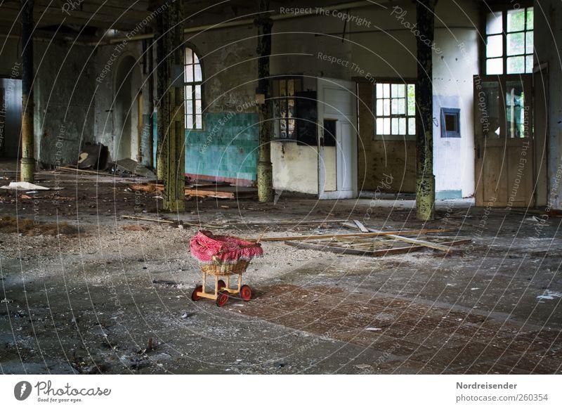Menschenleer Einsamkeit Fenster Spielen Architektur Traurigkeit Gebäude Tür Raum Innenarchitektur dreckig warten kaputt Fabrik Spielzeug chaotisch Wachsamkeit