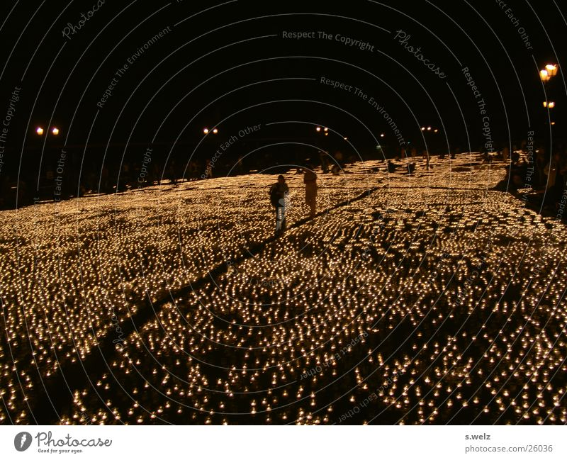 1 Mio Lichter III Kerze Teelicht dunkel Lichtermeer Siegessäule Romantik Menschengruppe Schatten Berlin teekerzen