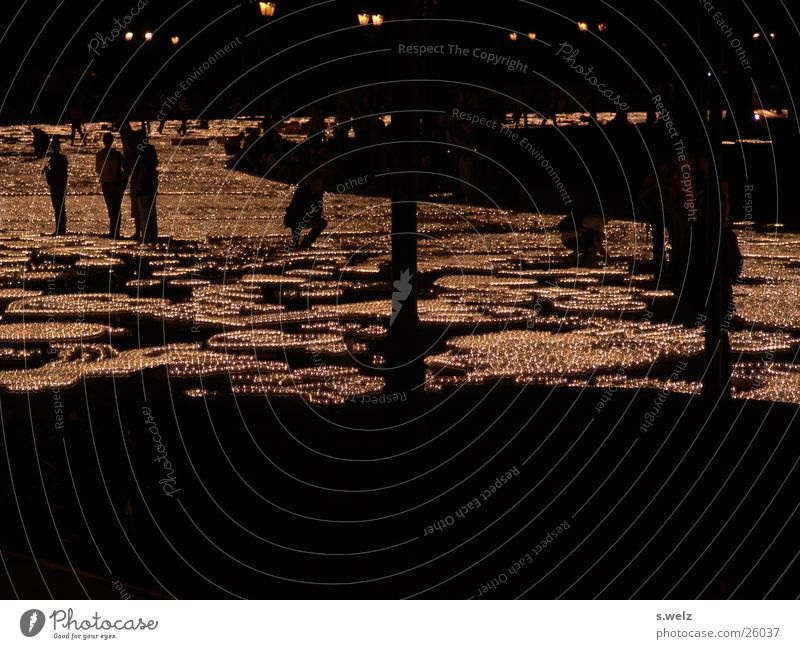 1 Mio Lichter IV Kerze Teelicht dunkel Lichtermeer Siegessäule Romantik Menschengruppe Schatten Berlin teekerzen