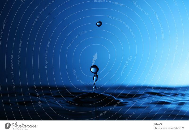 Der Moment IV blau Wasser weiß schwarz Stimmung Wassertropfen faszinierend