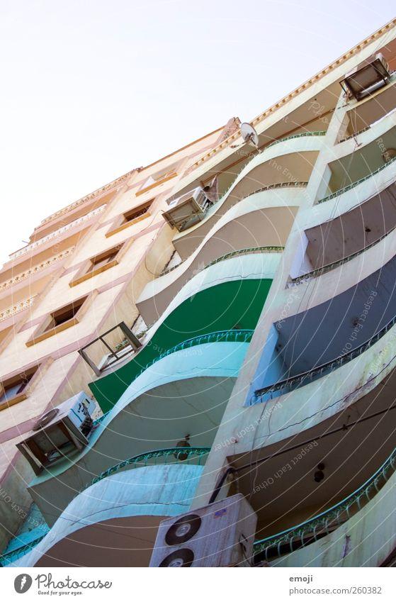 rainbow slum Haus Hochhaus Bauwerk Gebäude Architektur Mauer Wand Fassade Balkon außergewöhnlich mehrfarbig Kurve regenbogenfarben Wohnung Farbfoto